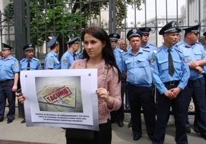 Журналисты принесли на Банковую корзину с лапшой, не обошлось без стычки с милицией