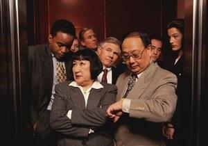 Би-би-си: Почему мы так странно ведем себя в лифтах?