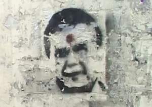 Трафарет Януковича - В Суммах графити с Яннуковичем - посадили за рисунки с Януковичем - Суд признал изображение Януковича с красной точкой на лбу неприличным