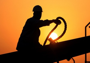 Нефть дешевеет из-за падения темпов роста мировой экономики