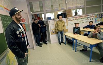 Нападающий сборной Франции вернулся в школу