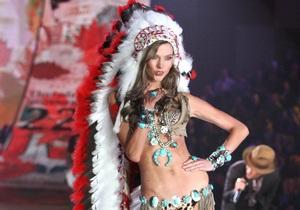 В Victoria s Secret извинились за костюм индейца на показе нижнего белья