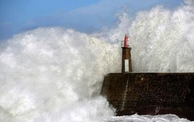 Суда с выжившими моряками затонувшего траулера попали в шторм