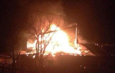В Донецке после попадания снаряда загорелся дом