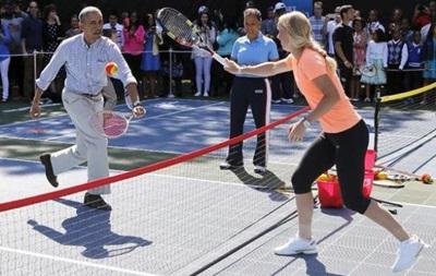 Президент США Барак Обама сыграл в теннис с Каролин Возняцки