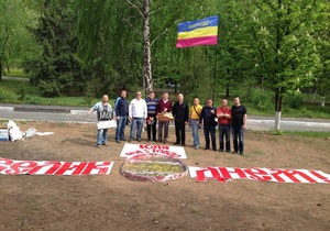 Батьківщина передала Тимошенко пасхальную корзину и установила возле больницы 2-метровую писанку