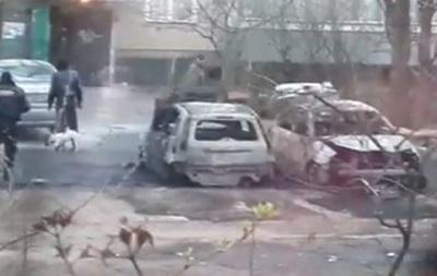 В Киеве во дворе дома подожгли машины