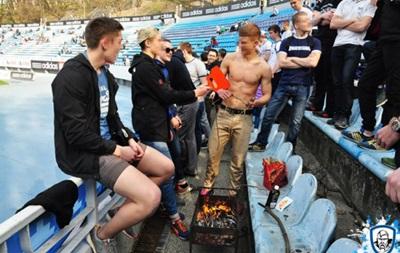 Фанаты Динамо пожарили сосиски прямо на трибуне во время матча