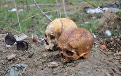 В Сумах неизвестный  украсил  ворота человеческими черепами