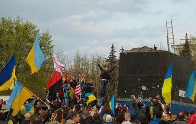 В Блоке Порошенко осудили снос памятника Ленину в Краматорске
