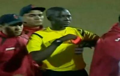 Арбитр достал красную карточку, чтобы напугать игрока
