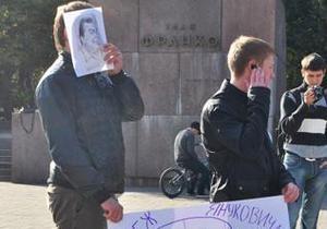Во Львове состоялся антипрезидентский флешмоб