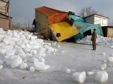 Шквальный ветер выбросил сотни тысяч тонн льда на побережье в Мариуполе