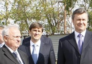 Янукович попросил Близнюка не стоять у него за спиной: У меня руки неспокойные