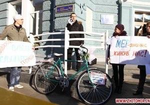 Мэру Житомира, получившему за госсчет дорогой автомобиль, подарили велосипед