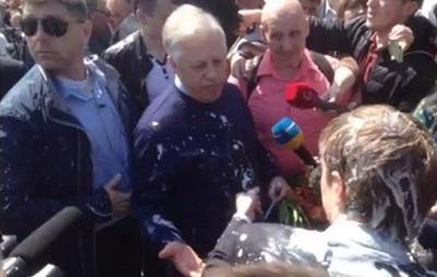 Симоненко облили кефиром на митинге КПУ