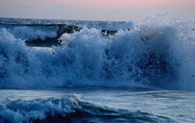 Сильная волна обрушилась на курорт Акапулько в Мексике