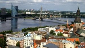 Латвия заявляет о выходе из кризиса и снижает налоги