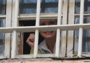 Тимошенко выкрикнула сторонникам из окна СИЗО: Держитесь, все будет хорошо!