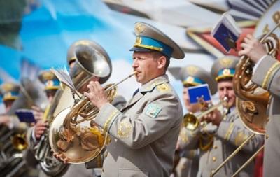 В Харькове отменили парад оркестров, а в Одессе устроят фейерверк