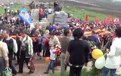 На Саур Могиле тысячи людей почтили память погибших солдат