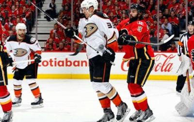 NHL: Рейнджеры продлевают серию, выездная победа Анахайма