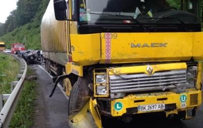 На Закарпатье грузовик столкнулся с легковушкой: погибли два человека