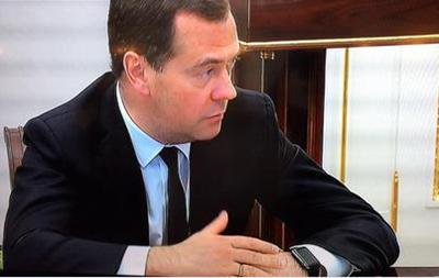 Медведев  засветился  с часами Apple Watch на совещании у Путина