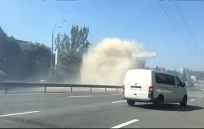 На Печерске в Киеве прорвало трубу, машины  поплавали  в кипятке