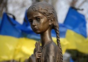 Янукович почтил память жертв голодоморов и готовит обращение к народу