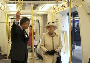 Королева Елизавета II второй раз в жизни спустилась в метро