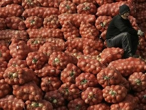 Жителям одного из поселков в Беларуси начали выдавать зарплату луком