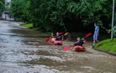 Ливень во Львове: байдарки на улицах и затопленные магазины