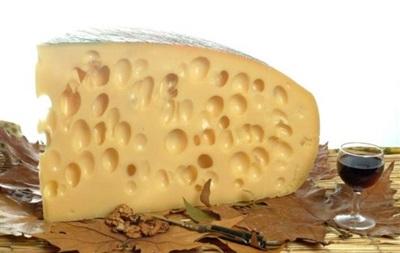 Ученые выяснили природу возникновения дырок в швейцарском сыре