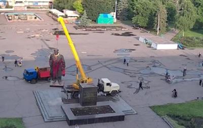 В Славянске снесли памятник Ленину