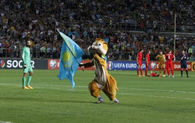 Человек-бурундук: В Казахстане на поле выбежал болельщик в костюме