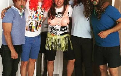 Полузащитник Барселоны на мальчишник брата нарядился девушкой