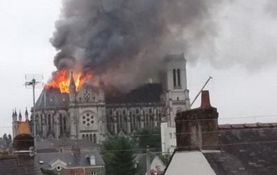 Во французском Нанте горит крупнейший храм