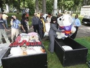В Детройте похоронили принесенные к мемориалу Джексона вещи