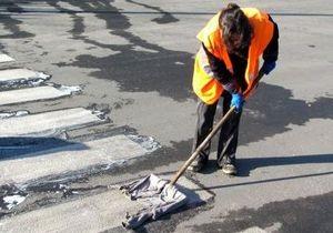 В Донецкой области перед несостоявшимся визитом Азарова уборщицы мыли асфальт шампунем