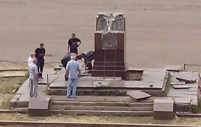 В Луганской области снесли памятник Ворошилову