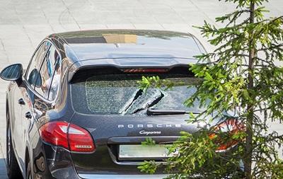 Россиянин побил арматурой депутатские машины