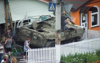 В Луганске сепаратисты въехали на броневике в кафе: трое погибших