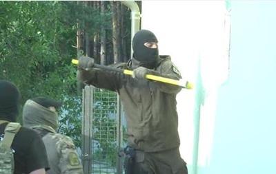 Выбили окна и взломали сейф. Видео обыска дома судьи Чернушенко
