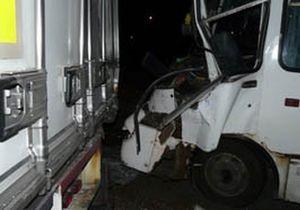 В Киеве маршрутка врезалась в грузовик. Пострадали девять человек