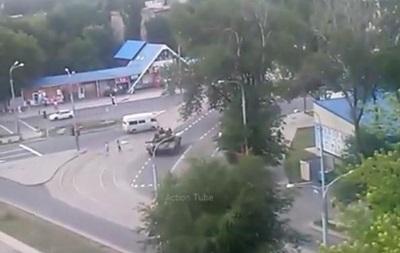 В Донецке засняли колонну танков