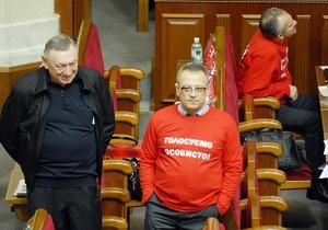 Оппозиция разблокировала президиум Рады. Депутаты заняли свои места