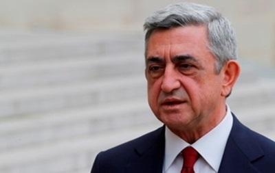 Президент Армении призвал митингующих решать проблемы вместе