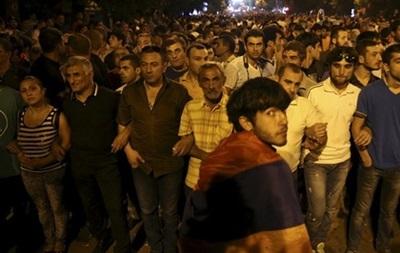 Ночь для митингующих в Армении прошла спокойно
