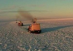 Российский ледокол взял на буксир застрявшее в Охотском море судно